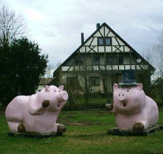 Giant_pig_lawn_ornaments